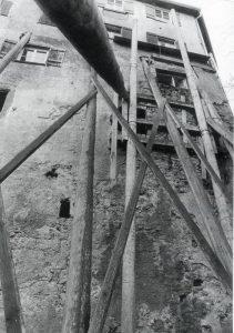 Kloster Stemm-Aktion mit Stützen aus Baumstämmen